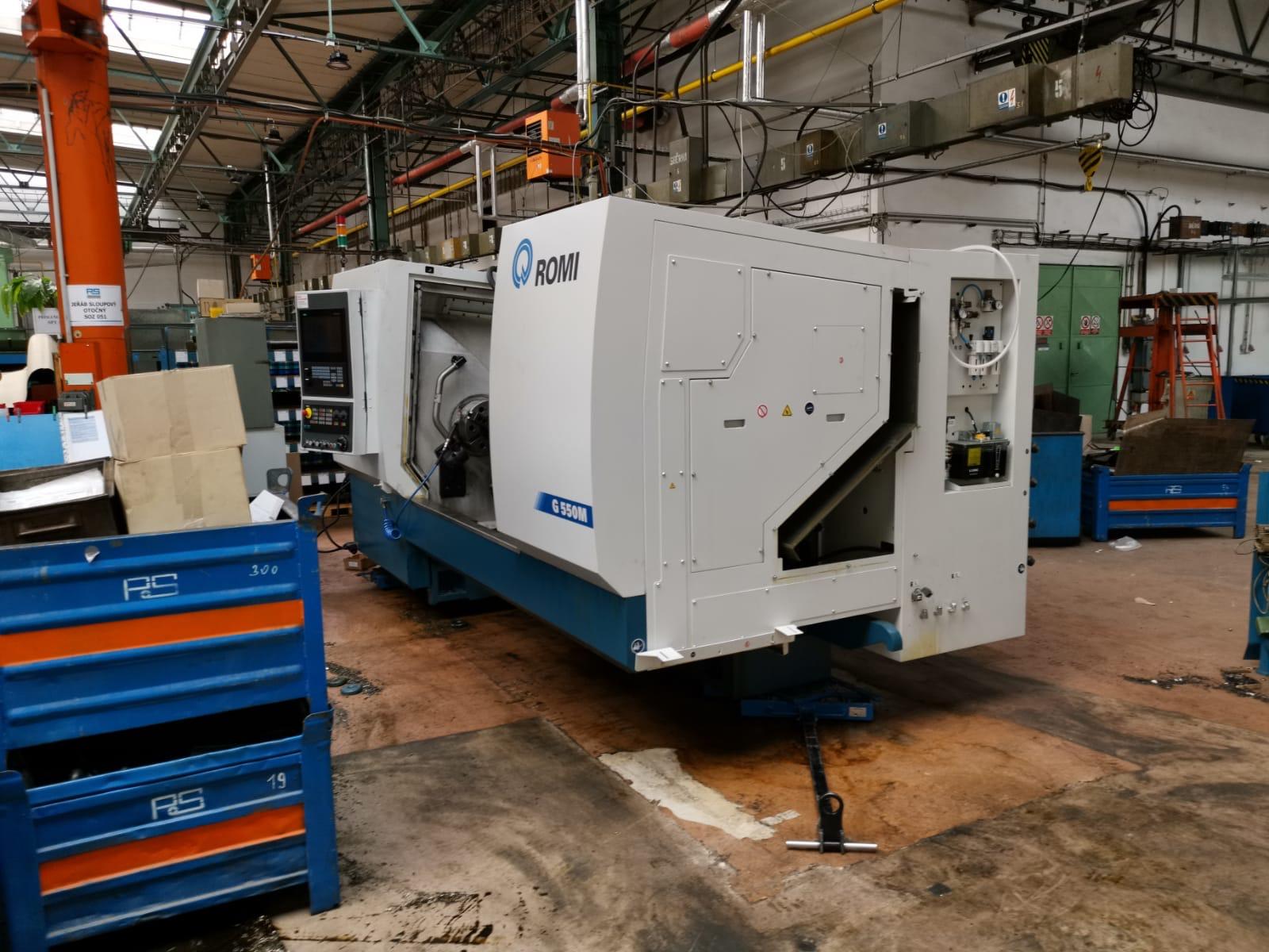 stroj připravený na stěhování ve výrobní hale
