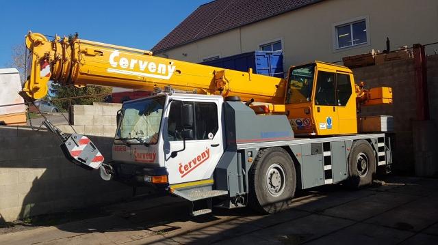 Mobilní autojeřáb Liebherr LTM 1030/2 pro stěhování nákladu do váhy 30 tun