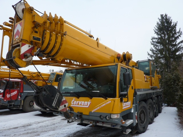 Žlutý autojeřáb Liebherr LTM 1060.2. pro zvedání nákladu do 60 tun