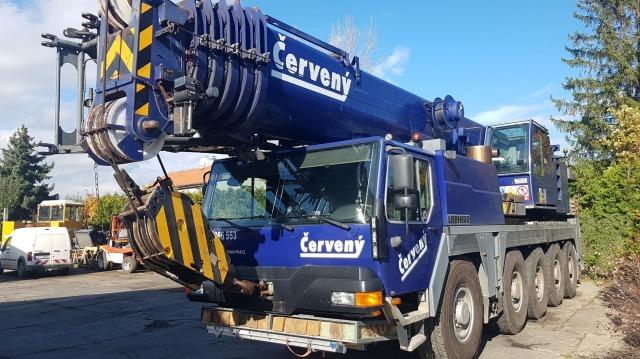 Modrý autojeřáb Liebherr LTM 1100 pro zvedání břemen do váhy 100 tun