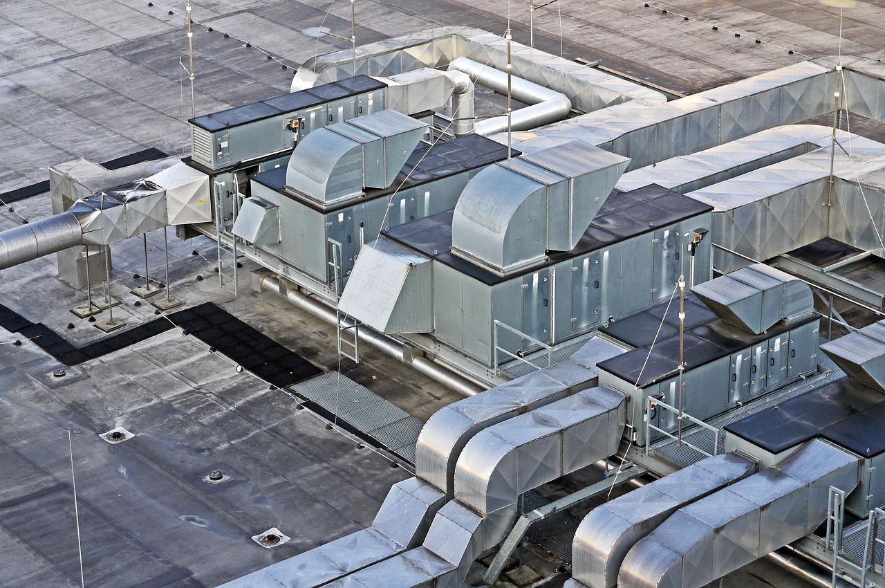 letecký záběr na střechu haly se vzduchotechnikou