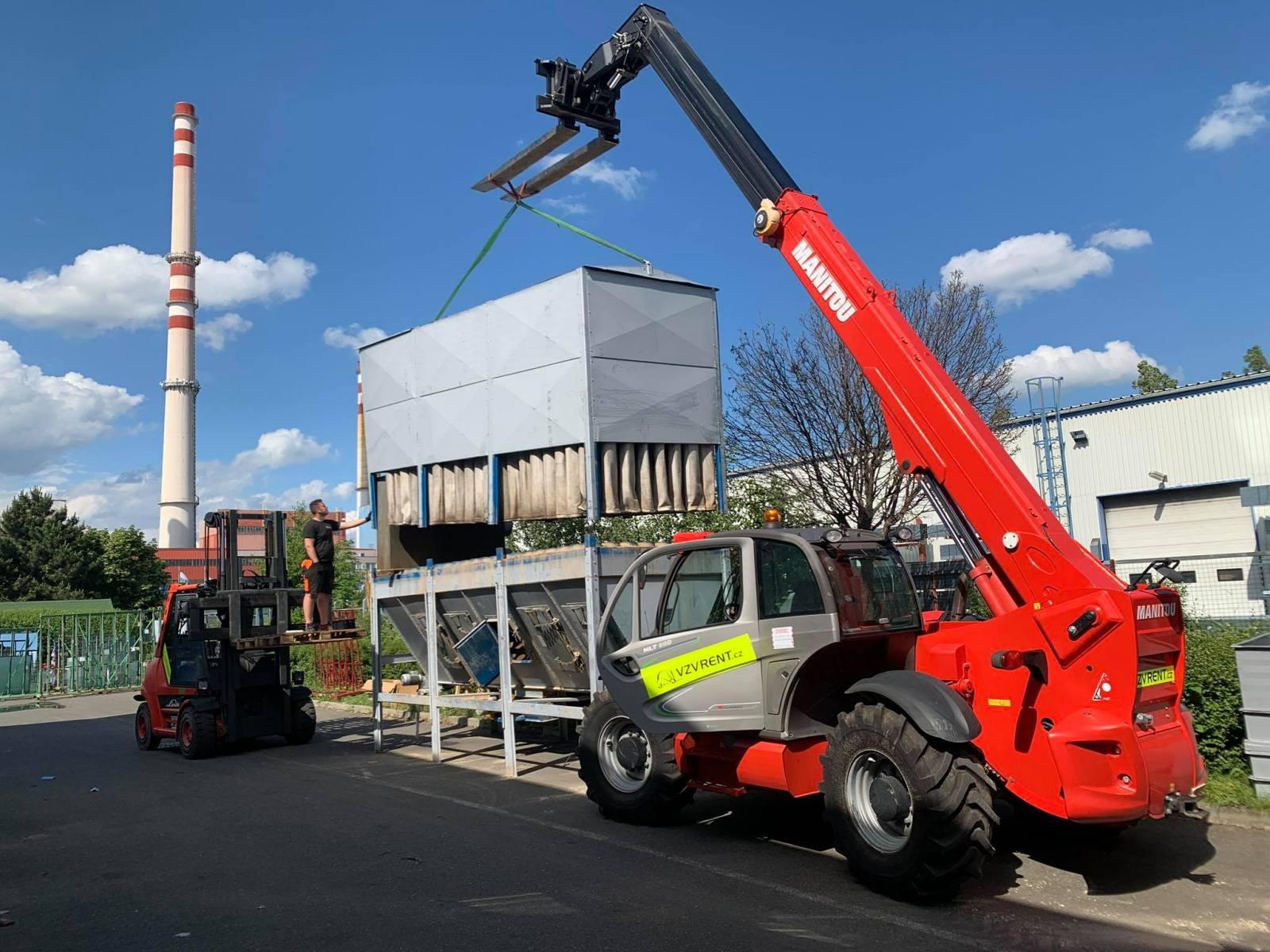 průběh stěhování výrobní haly Moris design pomocí vysokozdvižného vozíku