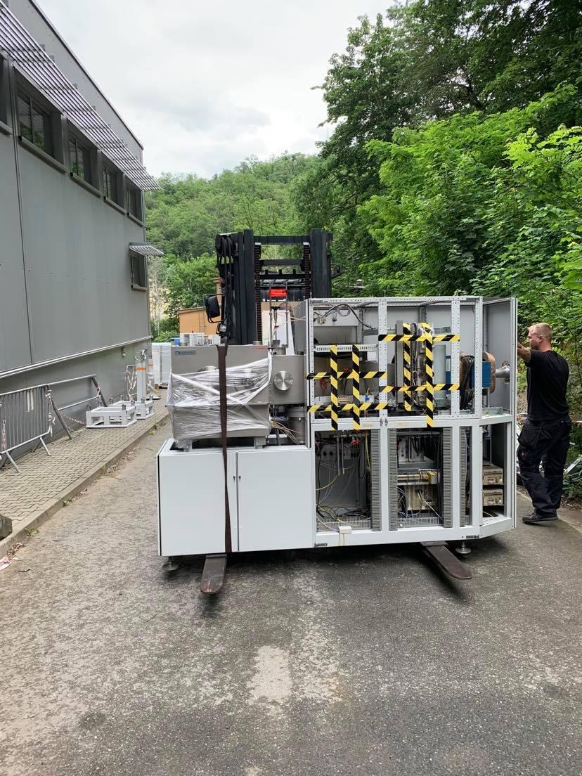 průběh stěhování těžkých strojů pro Ústav jaderné fyziky AV ČR