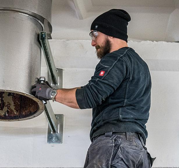 pracovník machinery movers při stěhování výrobní linky