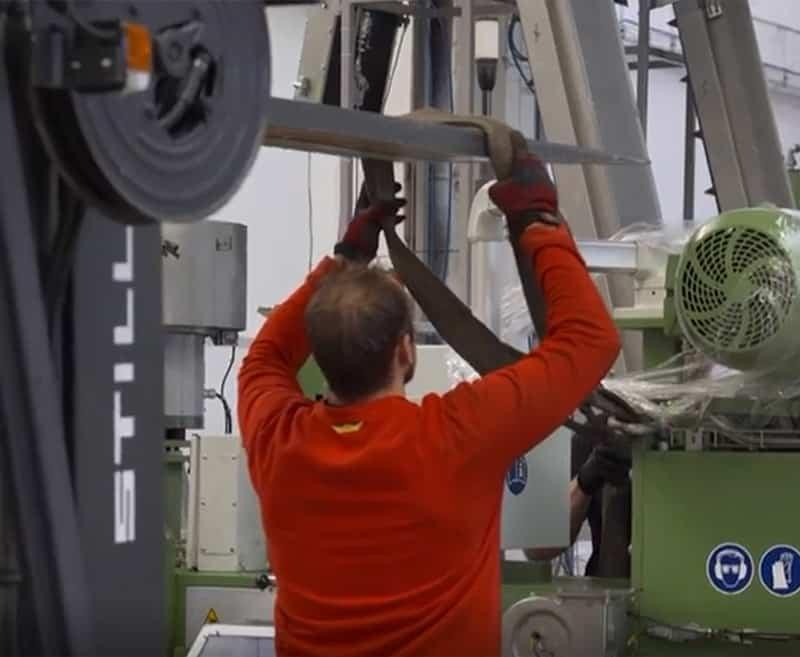 pracovník při stěhování průmyslových strojů pro STV technology